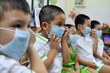 Phun thuốc diệt côn trùng để phòng dịch ở Phú Yên